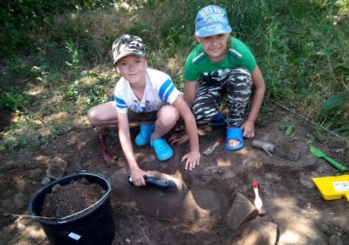 Сами ведем раскопки, по видимому, здесь было жилище каменного века!